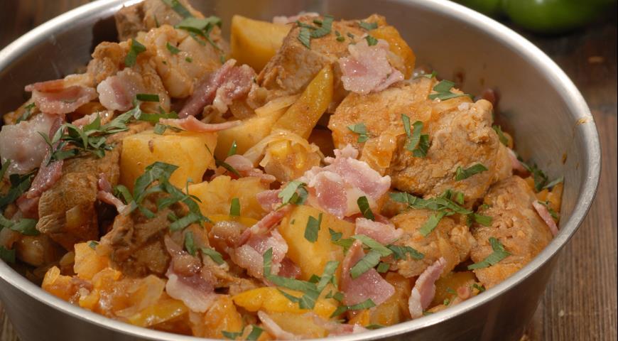 картошка тушёная с квашеной капустой и мясом