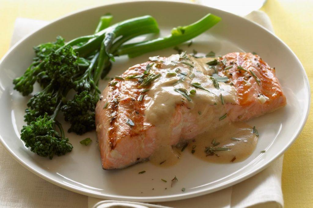 Таким же образом можно приготовить пасту, перемешав макароны и морепродукты в соусе, уже в таком виде подавая к столу.