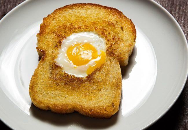 Яйца, запеченные в хлебе | Рецепты с фото
