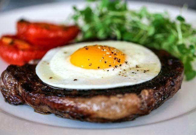 Бифштекс с яйцом | Рецепты с фото