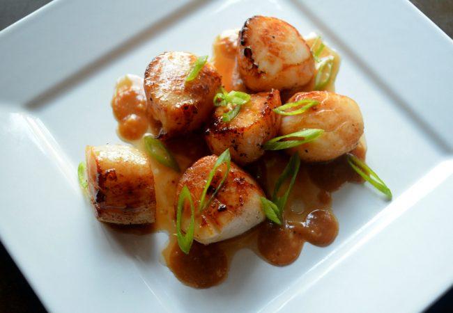 Морские гребешки с соусом мисо, морские гребешки, блюда из морепродуктов, морепродукты