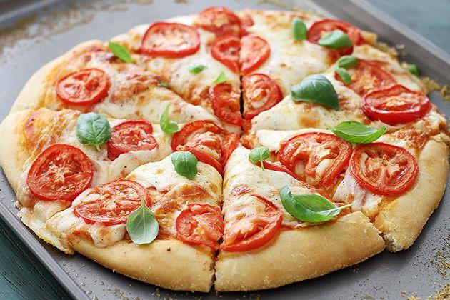 Пицца с помидорами и моцареллой, пицца, пицца с помидорами, пицца с моцареллой. итальянская пицца