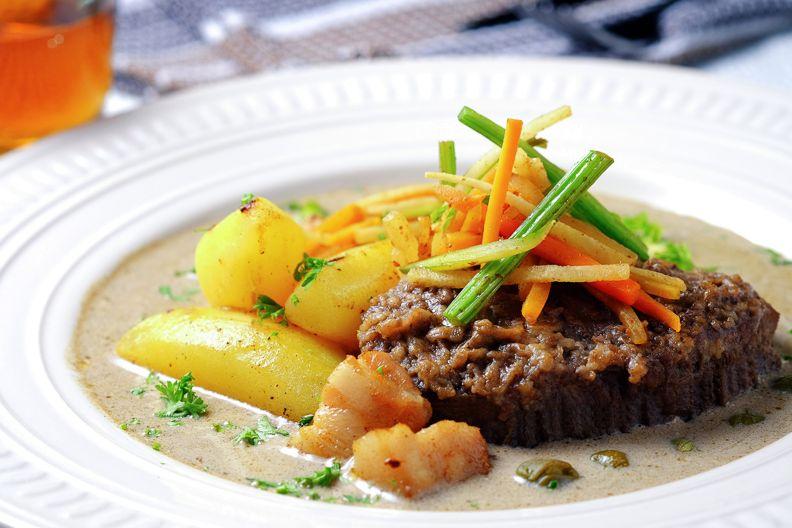Сочный ростбиф Эстерхази с овощной соломкой | Рецепты с фото