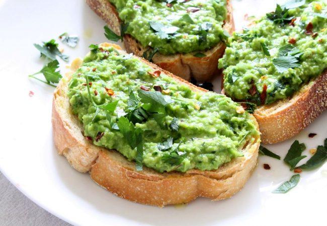 Тосты с пастой из зеленого  горошка | Рецепты с фото