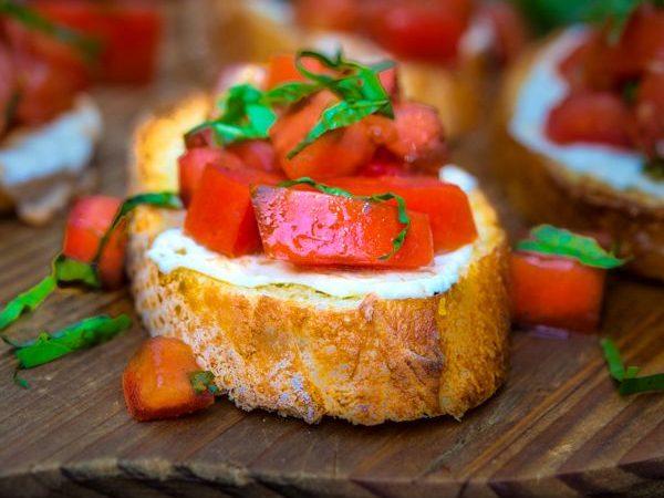 Брускетта с моцареллой и помидорами | Рецепты с фото