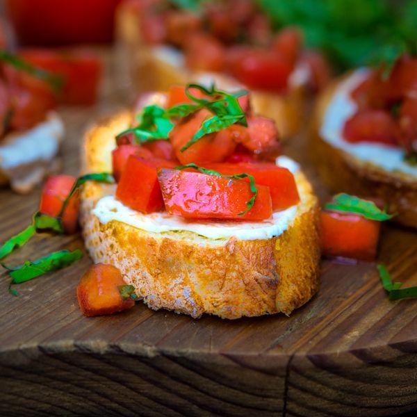 Брускетта с моцареллой и помидорами   Рецепты с фото