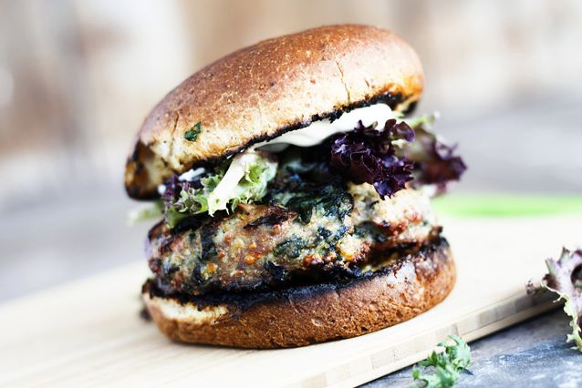 Гамбургеры с курицей, фетой и шпинатом | Рецепты с фото