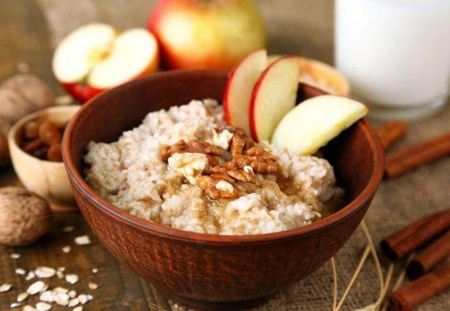 овсяная каша с яблоком и орехом, овсяная каша, овсяная каша на завтрак, овсяная каша с яблоком, овсяная каша с орехом