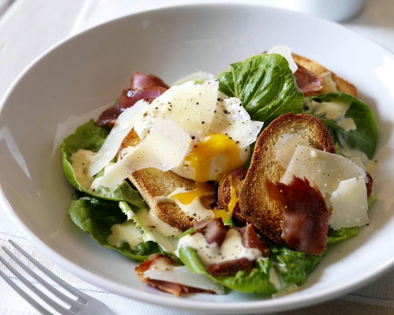 Салат из ветчины с яйцами-пашот | Рецепты с фото