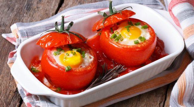 Запеченные в помидорах яйца | Рецепты с фото