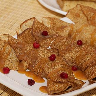 Ажурные блинчики на кефире с карамелизованными яблоками | Рецепты с фото