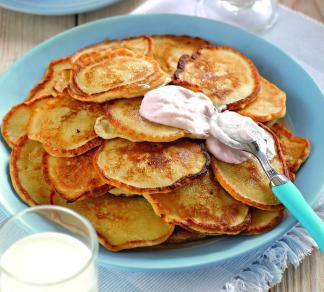 Банановые оладушки с клубничным соусом | Рецепты с фото