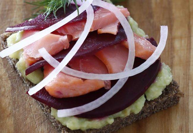 Бутерброды с лососем, свеклой и авокадо | Рецепты с фото