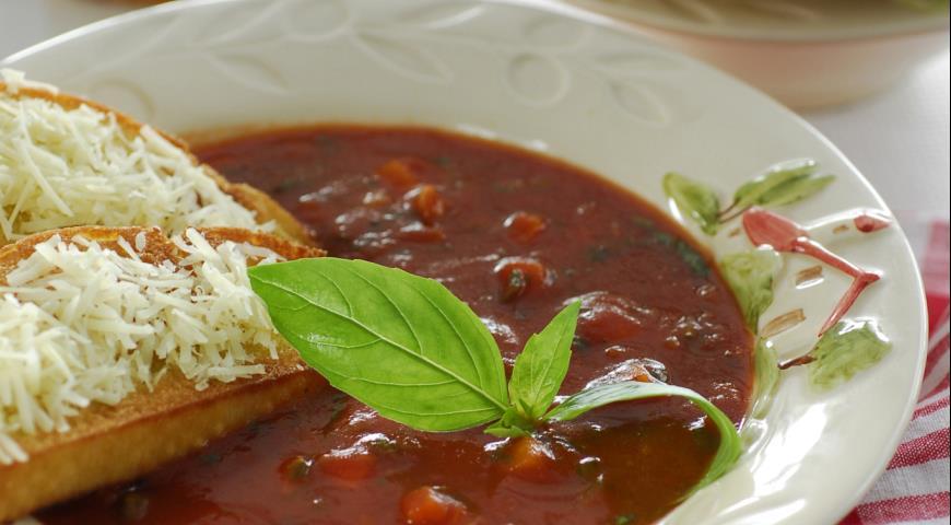 Деревенский томатный суп с базиликом и гренками | Рецепты с фото