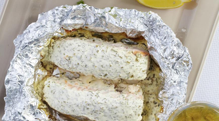 Форель, запеченная в фольге  со сметаной и зеленью | Рецепты с фото