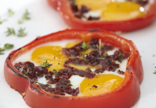Глазунья из перепелиных яиц в кольце из сладкого перца   Рецепты с фото