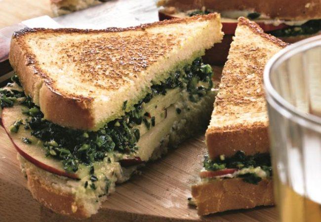 Горячий сэндвич с голубым сыром, орехами и яблоками | Рецепты с фото
