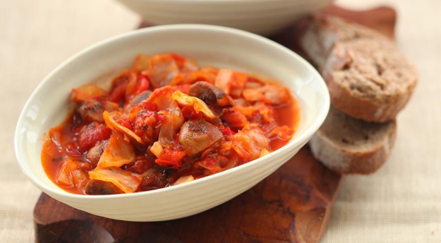 Капуста с грибами и помидорами | Рецепты с фото