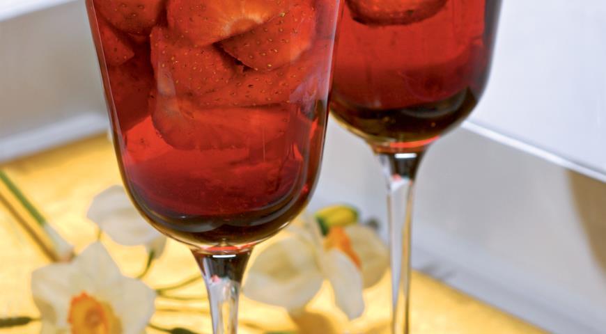 Клубника в розовом вине | Рецепты с фото
