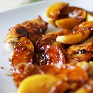 Куриная грудка с карамелизироваными яблоками и луком | Рецепты с фото
