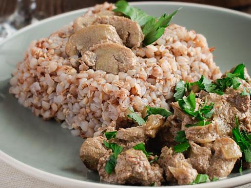 Куриная печенка с грибами и гречкой | Рецепты с фото