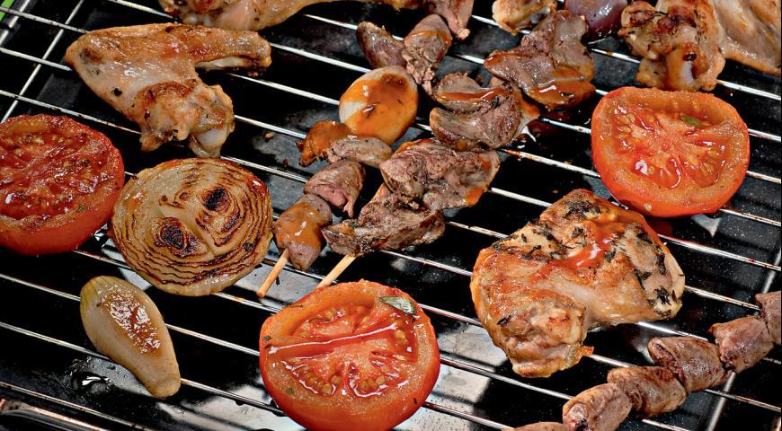 Куриное ассорти с луком и помидорами | Рецепты с фото