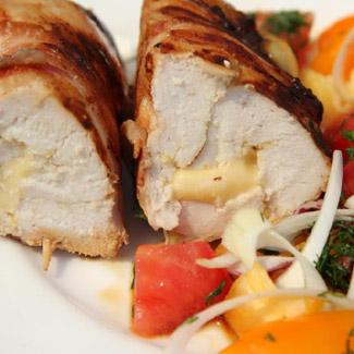 Куриное филе с сыром в беконе | Рецепты с фото
