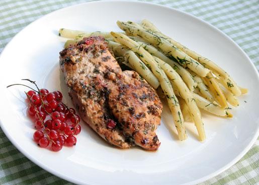 Куриное филе в маринаде из красной смородины   Рецепты с фото