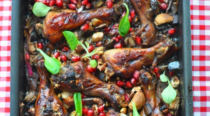 Куриные ножки, запеченные с баклажанами, грецкими орехами и гранатом по Оливеру | Рецепты с фото