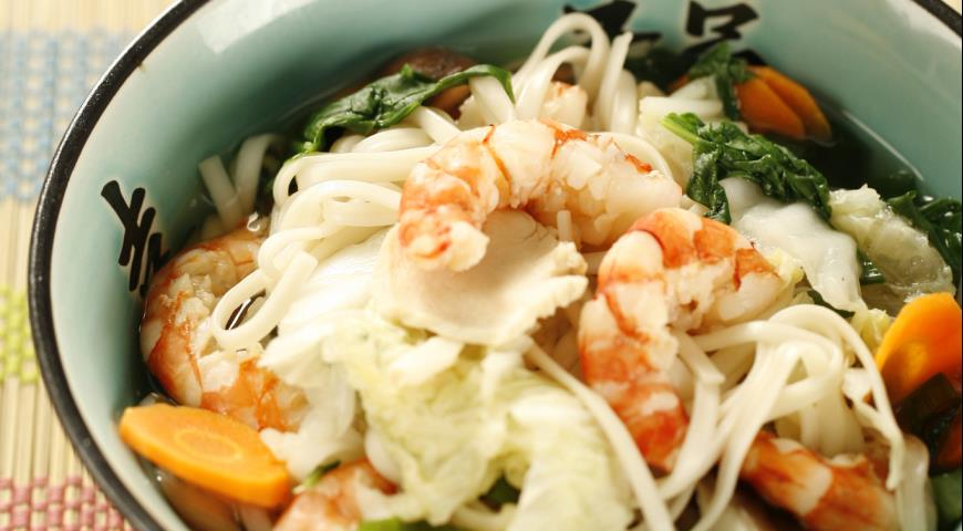 Лапша удон с курицей, креветками и овощами | Рецепты с фото