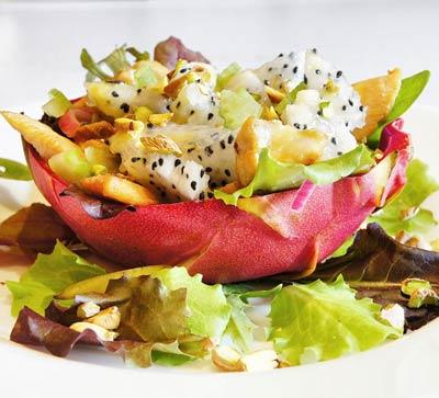 Легкий куриный салат с питахайей и заправкой из маракуйи | Рецепты с фото