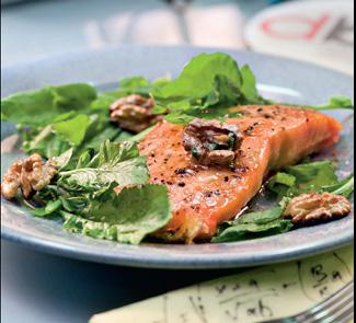 Лосось с кресс-салатом и грецкими орехами | Рецепты с фото