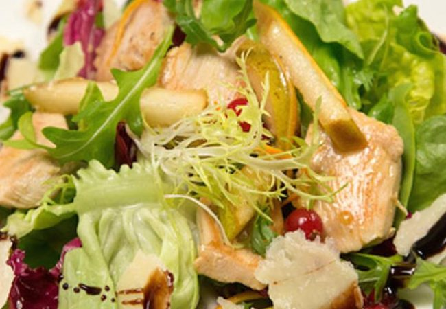 Микс-салат с куриной грудкой и грушей «По-петелински» | Рецепты с фото