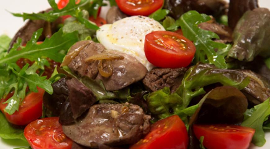 Микс салат с куриной печенью и яйцом поше «По-петелински» | Рецепты с фото