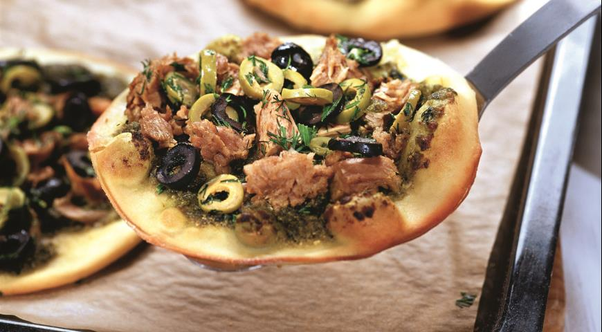 Мини-пиццы с соусом песто и тунцом | Рецепты с фото