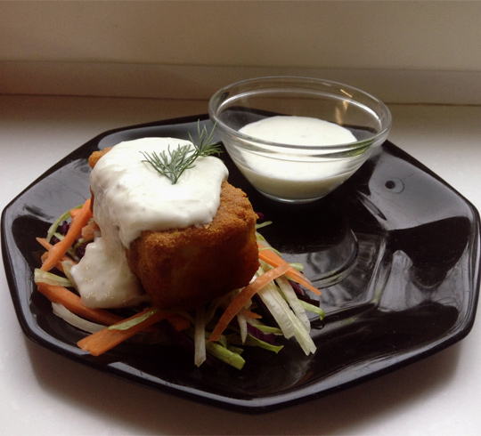 Морской окунь в куркуме со свежим салатом и соусом дзадзики | Рецепты с фото