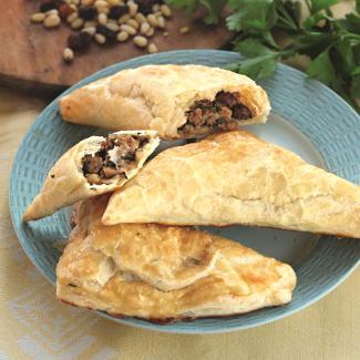 Пирожки смясом, изюмом иорехами | Рецепты с фото