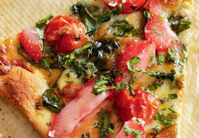 Пицца со шпинатом, помидорами и клубникой | Рецепты с фото