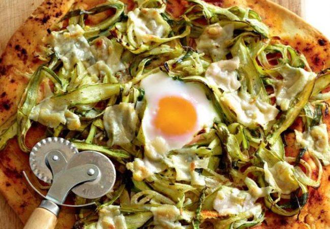Пицца со спаржей, пармезаном и яйцом | Рецепты с фото