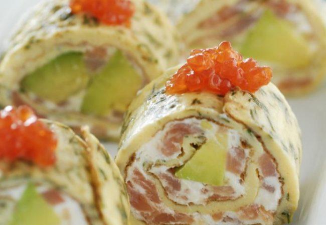 Роллы из омлета с авокадо и лососем   Рецепты с фото