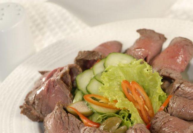 Ростбиф в карамели с пикантным соусом | Рецепты с фото