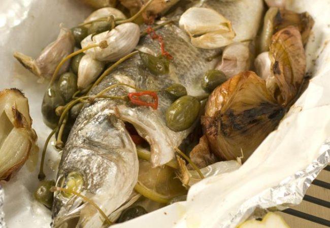 Рыба с луково-чесночным гарниром | Рецепты с фото