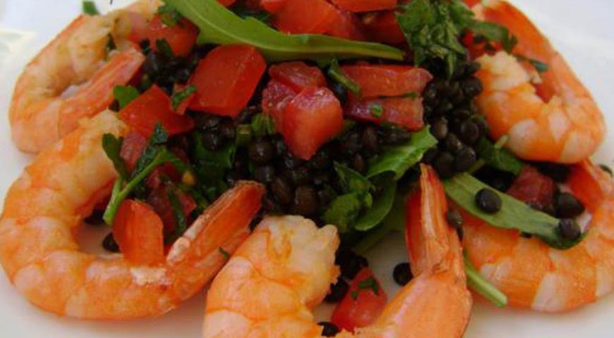 Салат из черной чечевицы с креветками | Рецепты с фото