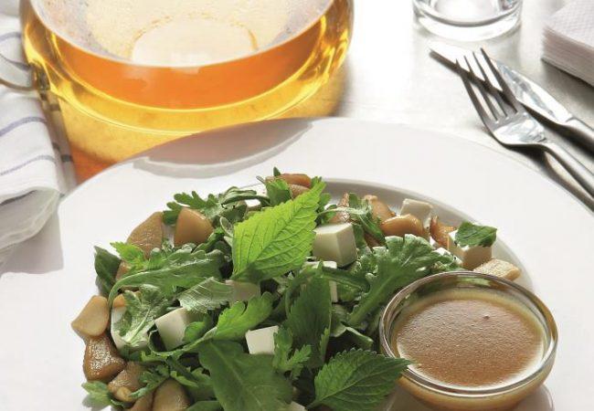 Салат из дикой зелени, яблок в карамели и тофу | Рецепты с фото