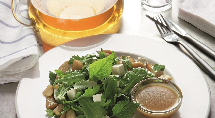 Салат из дикой зелени, яблок в карамели и тофу   Рецепты с фото