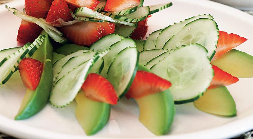Салат из клубники, огурцов и авокадо | Рецепты с фото