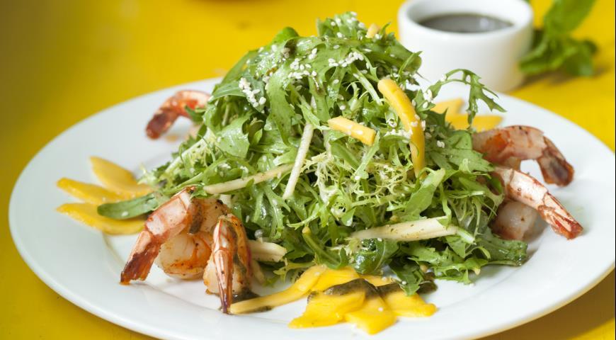 Салат с креветками,  антоновкой и манго | Рецепты с фото