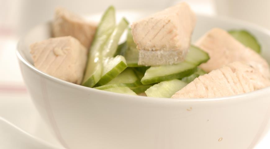Салат с лососем и огурцом | Рецепты с фото