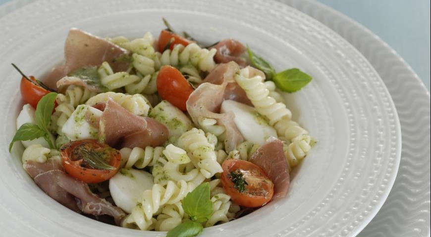 Салат с макаронами под соусом песто | Рецепты с фото