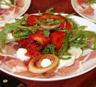 Салат с моцареллой и клубникой | Рецепты с фото